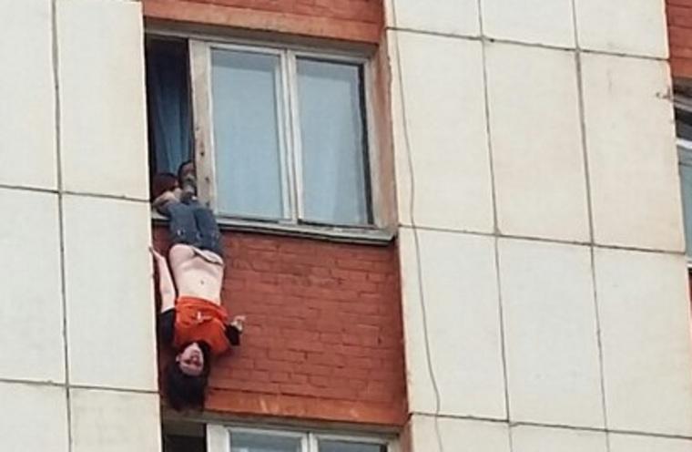 Жительница миасса свесилась из окна 5-го этажа и упала вниз .