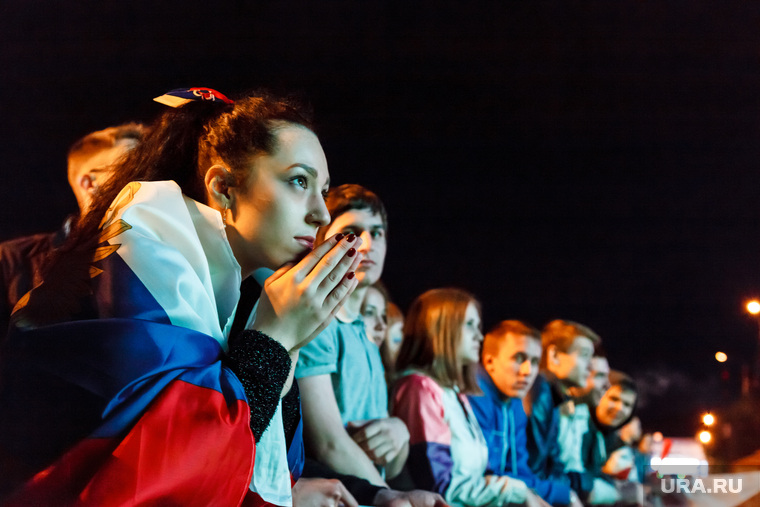 Матч Россия-Алжир, трансляция в ЦПКиО. Екатеринбург, болельщик, девушка, молитва, флаг россии