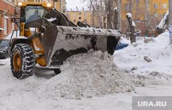 Уборка снега во дворах. Челябинск., снегоуборочная техника, трактор