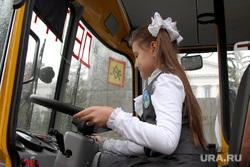 Вручение школьных автобусов Курган, ребенок за рулем