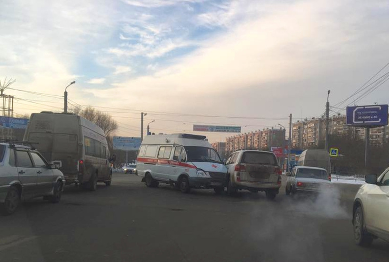 Вгороде Челябинске легковушка протаранила машину скорой помощи