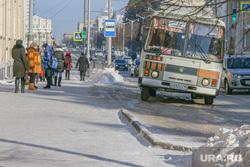 Проблемы уборки дорог от снега  в Кургане , пазик, остановочный комплекс, наледь на дороге