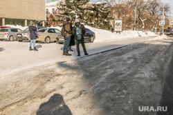 Проблемы уборки дорог от снега  в городе Кургане., остановочный комплекс, наледь на дороге