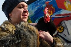 """Магистр вуду Антон Симаков презентует свою картину """"Курица на велосипеде"""". Екатеринбург, симаков антон, курица"""