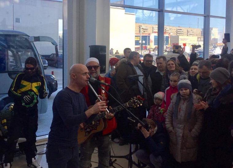 Борис Гребенщиков бесплатном спел в коммерческом центре