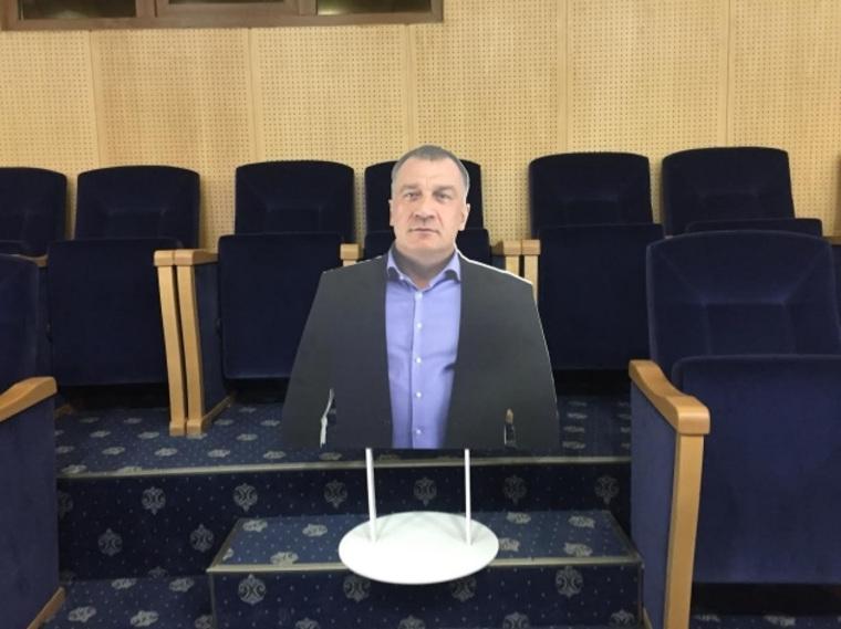 Фигура изкартона заменила депутата Заксобрания Ленобласти на совещании