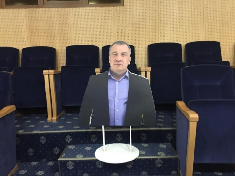 На совещании Закса Ленобласти вместо депутата посадили его картонную фигуру