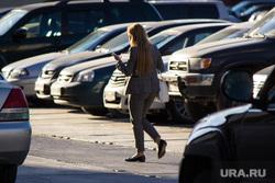 Открытая парковка НСД. Нижневартовск., парковка, девушка, стоянка автомобилей