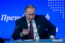 12 ежегодная итоговая пресс-конференция Путина В.В. Москва, путин владимир, жест рукой, а ты записался добровольцем, указывает пальцем