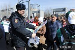 Акция в поддержку пострадавших и памяти погибших во время теракта в Санкт Петербурге.Челябинск, полиция досматривает плакаты